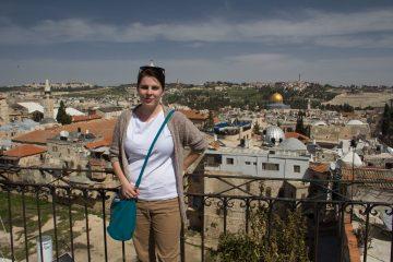 Stratená na balkóne jeruzalemského hostelu