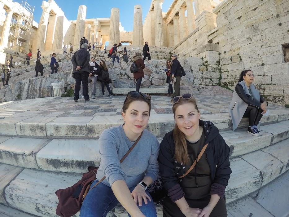 Sestry na cestách na Akropole v Aténach