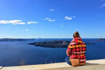Sestra sediaca na múriku vo Fire sa pozerá do Kaldery