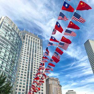 Čínske vlajočky pri vstupe do China Town