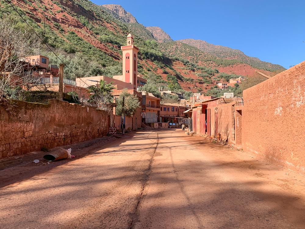 Dedinka na polceste s mešitou a hlinenými obydliami