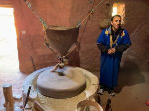 Berber v tradičnom odeve vysveľuje ako sa melie múka