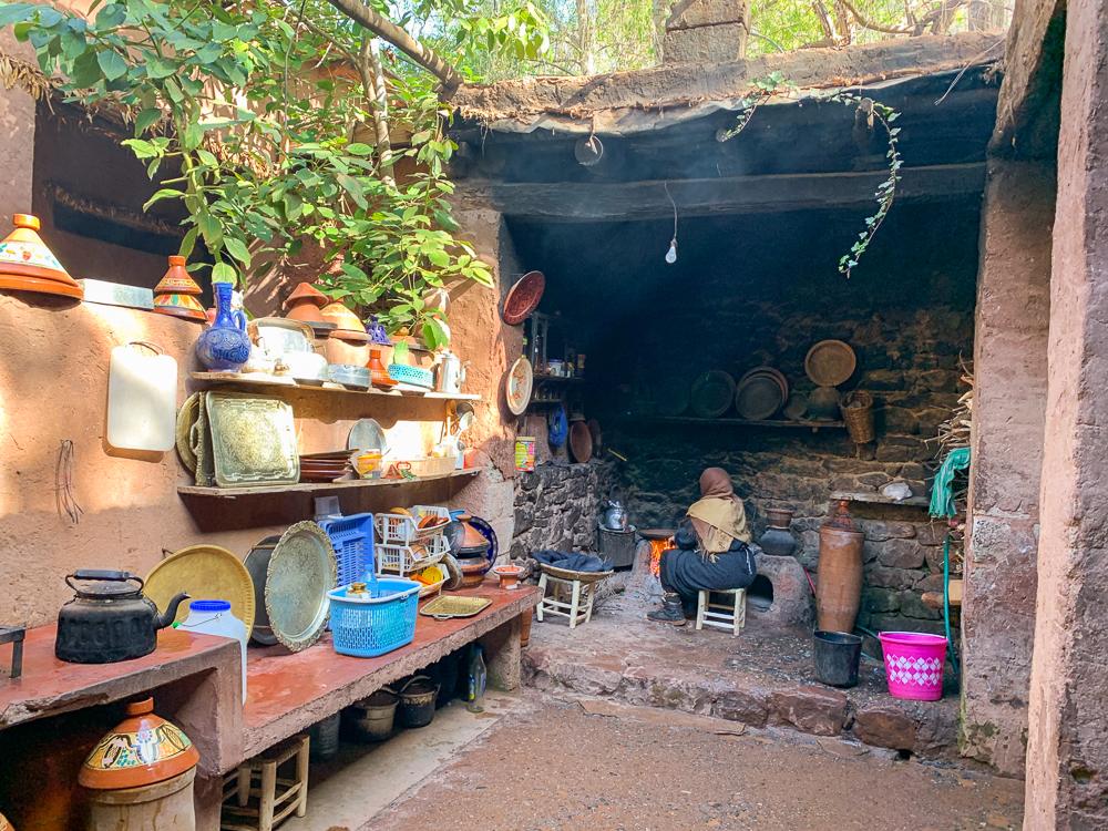 Berberská žena v otvorenej kuchyni pripravuje na ohni jedlo