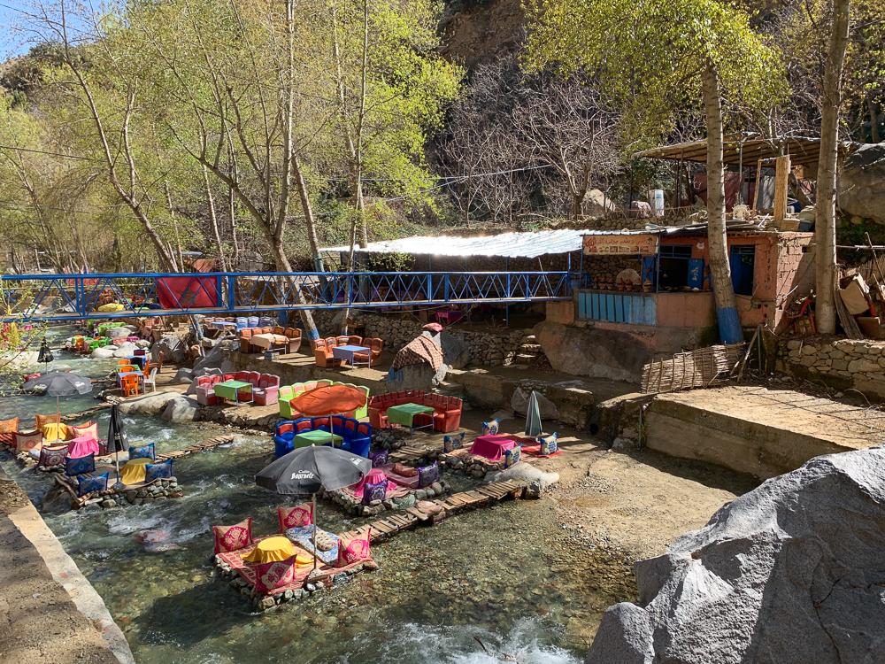 Jedna z mnohých reštaurácií lemujúcich údolie Ourika a rieku