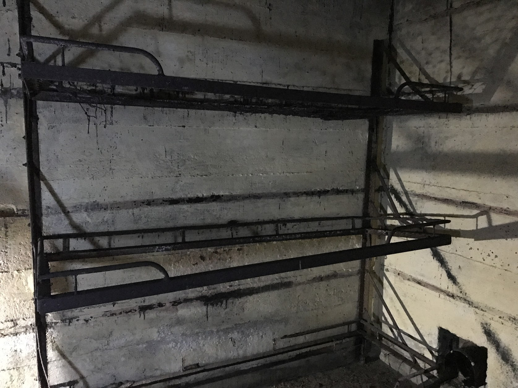 Vnútro bunkru a poschodové postele