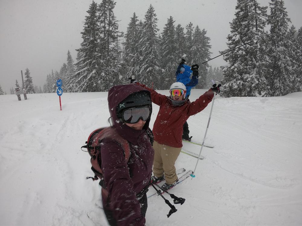 Aby to nebolo len o bielych perinkách a modrej oblohe. Takto sme už tiež pár krát lyžovali - v snežení, dokonca aj daždi. Mimo ľadovca, kde zvykne ako bonus aj intenzívne fúkať a viditeľnosť sa rapídne znižuje, to bol ale stále skvelý zážitok.